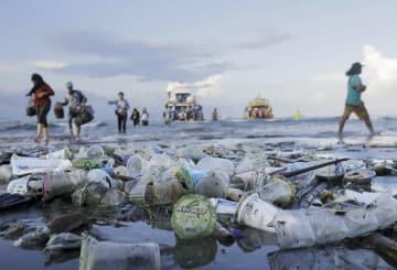 インドネシアの海岸にたまったプラスチックごみ=4月(ロイター=共同)