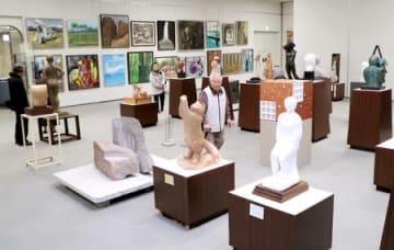 多くの美術愛好家らが熱心に作品を鑑賞した芸展中期展=14日、新潟市中央区