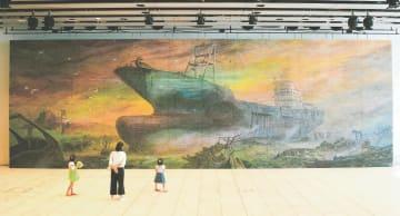 ステージ上に飾られる巨大画「共徳丸と海」