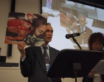 ニューヨークの国連本部で、被爆半年後の自分の写真を掲げながら演説する谷口稜曄さん=2010年、朝日新聞社撮影