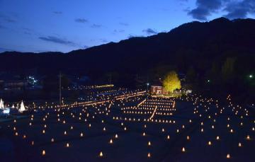 約1500個のあんどんに明かりがともった「行灯の赤レンガと銀杏まつり」=常陸太田市西河内下町