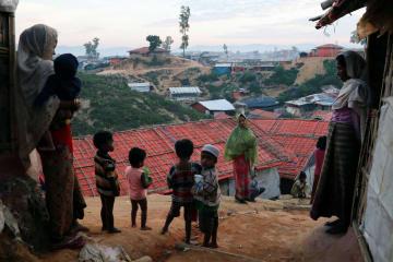 15日、バングラデシュ南東部コックスバザールにあるキャンプのロヒンギャ難民の女性や子ども(ロイター=共同)