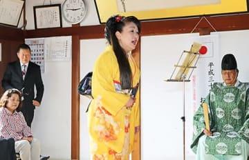 【「ねんねこ祭り」を歌う小芝陽子さん(和歌山県串本町田原で)】
