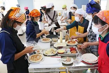 【梅料理研究会のメンバーに手伝ってもらって梅などを使ったピザを作る高城中学校の生徒(和歌山県みなべ町滝で)】