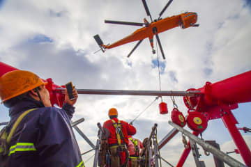 世界一高い送電鉄塔、ヘリによる海上ワイヤーロープ架設工事完了