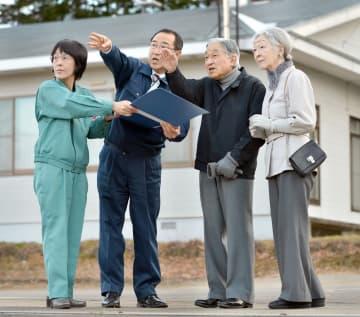 北海道厚真町の土砂災害現場を視察し、宮坂尚市朗町長の説明を受けられる天皇、皇后両陛下。左端は高橋はるみ知事=15日午後(代表撮影)