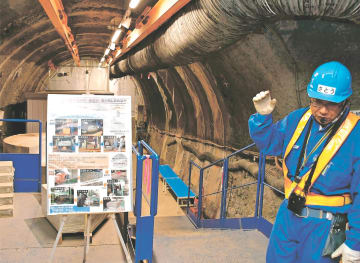 地下350メートルの坑道。核のごみの地層処分に向け、トンネルの奥で閉じ込め性能を確かめる試験が行われている=10月11日、幌延深地層研究センター