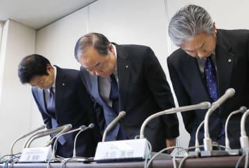 乗務員の飲酒による法令違反について、記者会見で謝罪する日本航空の進俊則運航本部長(中央)ら=1日、国交省