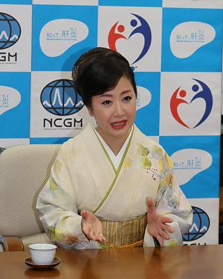 肝炎、早期発見を 歌手・伍代夏子さんが県庁でPR