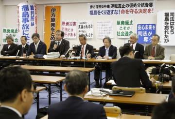 高松高裁が四国電力伊方原発3号機の運転を認め、記者会見する住民側弁護士ら=15日午後、高松市