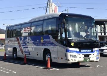 紀勢自動車道で運転手が意識を失い、乗客がトンネル内で停止させた観光バス=15日午後、三重県尾鷲市