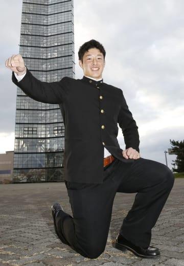 入団に合意し、笑顔でポーズをとる日本ハムドラフト1位の吉田輝星投手=15日、秋田市