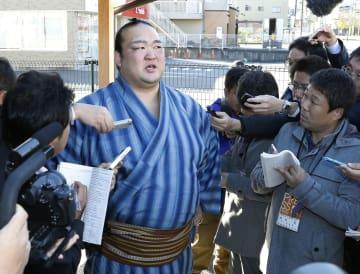 大相撲九州場所を5日目から休場すると表明した横綱稀勢の里=15日、福岡県大野城市の田子ノ浦部屋宿舎