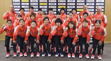 記者会見後に写真撮影するハンドボール女子日本代表の選手たち=15日午後、東京都内