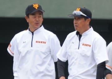 宮本投手総合コーチと意見を交わす水野コーチ(左)=宮崎市のサンマリンスタジアム宮崎
