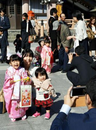 晴れ着姿で記念撮影する家族連れら=鹿児島市の照国神社