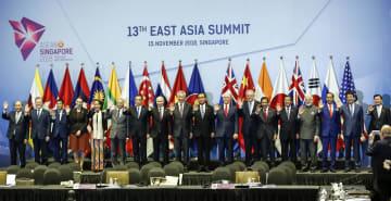 15日、シンガポールで、東アジアサミットで記念撮影する各国首脳(AP=共同)
