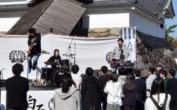 熱いステージを見せる高校生バンド