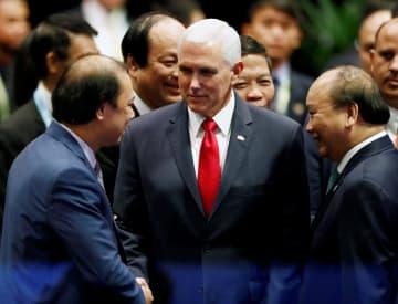 ASEAN諸国の代表団と歓談するペンス米副大統領(中央)=15日、シンガポール(ロイター=共同)