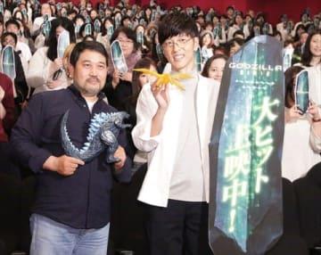 劇場版アニメ「GODZILLA 星を喰う者」のイベントに登場した瀬下寛之監督(左)と櫻井孝宏さん