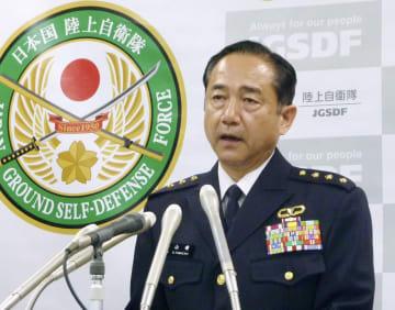記者会見する山崎幸二陸上幕僚長=15日午後、防衛省
