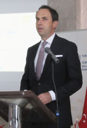 講演するトルコのバイラクタル・エネルギー天然資源副大臣=15日、東京都渋谷区の在日トルコ大使館