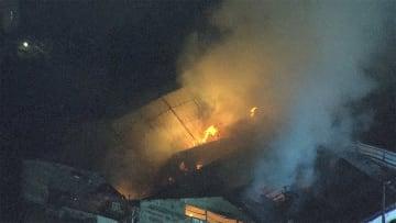 「紙が燃えています」 段ボール工場火災 消火続く