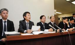 ヤミ専従の実態調査について中間報告を取りまとめ、会見する第三者委員会=15日夜、神戸市役所