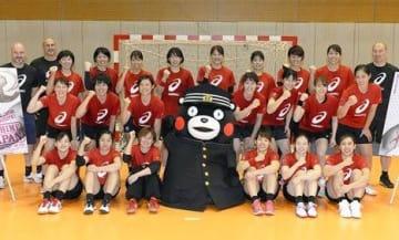 学ラン姿で応援に駆け付けたくまモンと記念写真に納まるハンドボール女子日本代表=東京の味の素ナショナルトレーニングセンター(上杉勇太)
