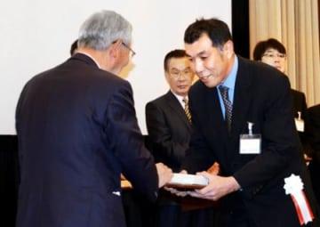 榊新聞店(桑折)を表彰 日本新聞協会地域貢献賞 民報販売店受賞3年連続