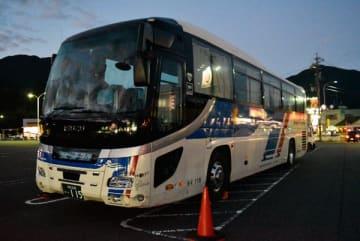 【事故が起きた観光バス=尾鷲市で】
