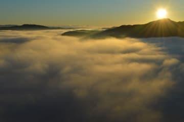 日の出直後の朝日が、一面に広がる雲海に差し込んだ=15日午前6時30分、茂木町九石