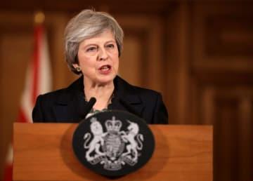 15日、ロンドンの首相官邸で記者会見するメイ英首相(ロイター=共同)