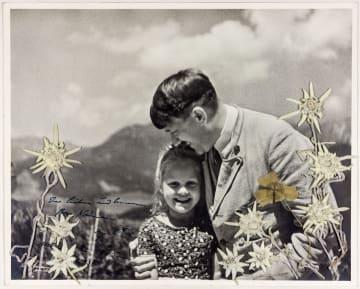 ナチス・ドイツの総統ヒトラーがニーナウさんと写った写真(Alexander Historical Auctions提供・共同)