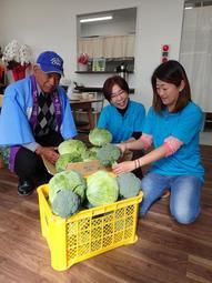 「笑の里」で野菜を販売する阿部博美さん(中央)と佐伯真究さん(左)ら=加古川市西神吉町宮前