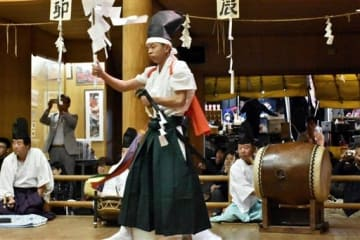 長野岩戸神楽の舞台で太鼓をたたく飛瀬孝治さん(右)=10月27日、南阿蘇村(田上一平)