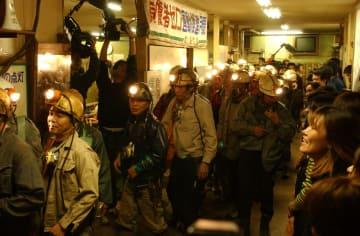 最後の採炭のため昇降機に向かう鉱員たち=2001年11月28日午後9時32分、西彼外海町、池島炭鉱第二立て坑