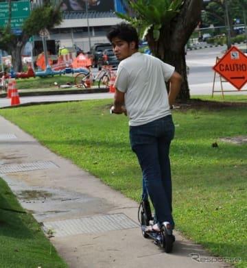 シンガポールで流行る「電動キックボード」
