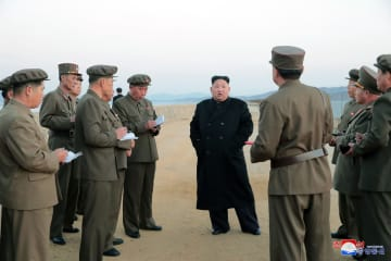 新たに開発した「先端戦術兵器」の試験を視察する北朝鮮の金正恩朝鮮労働党委員長(中央)。朝鮮中央通信が16日配信した(朝鮮中央通信=共同)