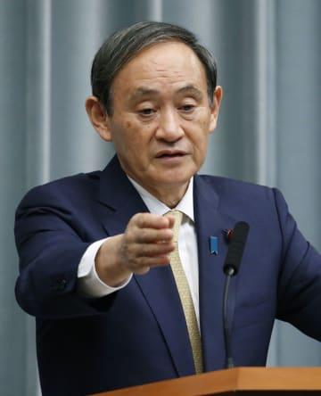 記者会見する菅官房長官=16日午前、首相官邸
