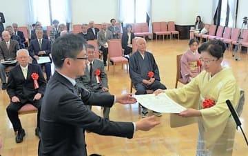 荻沢副知事(左)から表彰を受ける善如寺さん