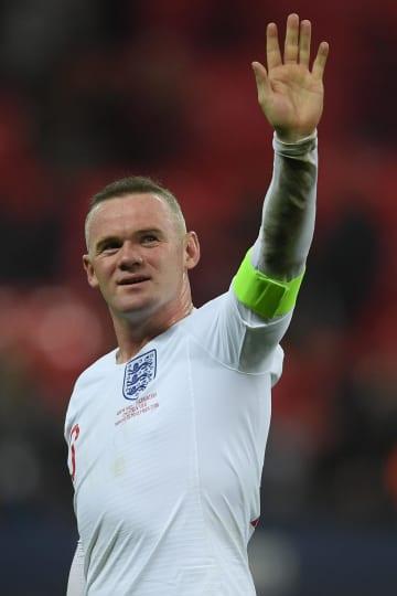 米国戦でファンに手を振るイングランド代表のルーニー=ロンドン(ゲッティ=共同)