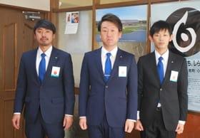 戸田町長を表敬訪問した鈴木新理事長(中央)ら白老JC新役員