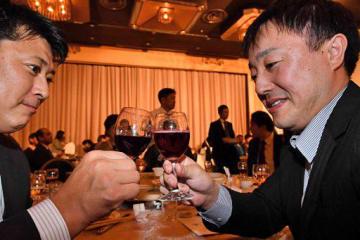 ボージョレで乾杯する参加者たち=15日夜、青森市の青森国際ホテル
