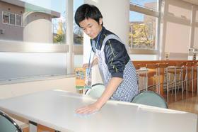 テーブルの汚れを丁寧に拭き取る室蘭聾学校の生徒