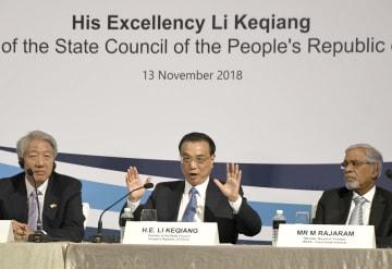 シンガポールで演説した中国の李克強首相(中央)=13日(共同)