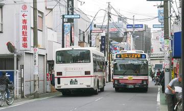 バスが頻繁に往来する区役所通り登栄会商店街