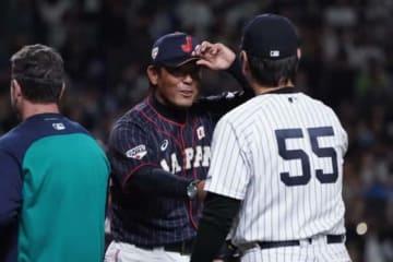 MLB選抜の松井秀喜コーチと握手を交わす侍ジャパン・稲葉篤紀監督【写真:Getty Images】