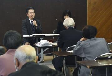 秋田県湯沢市で開かれたジャパンライフの被害者説明会=16日午後