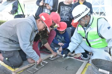 モルタルを使った補修作業を体験する児童